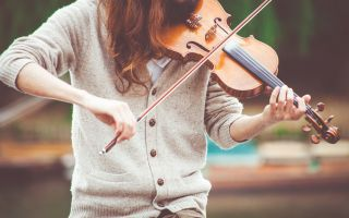 girl-plays-violin